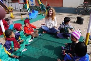 Una voluntaria de Projects Abroad realiza actividades recreativas con niños en un centro infantil en Nepal