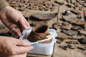 Un voluntario de Projects Abroad trabaja con cerámicas en el proyecto especial para jóvenes entre 16-19 años en Perú