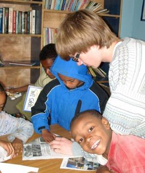 Voluntario adolescente y niños durante actividades didácticas en Etiopía