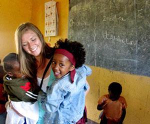 Voluntaria en actividades en centro de cuidado infantil en Tanzania