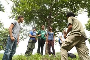 Personal de Conservación junto a voluntarios adolescentes durante reforestación de Costa Rica