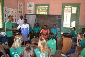Voluntarios de Projects Abroad y miembros del personal local hablan acerca del tráfico de niños en una escuela en Ghana, África