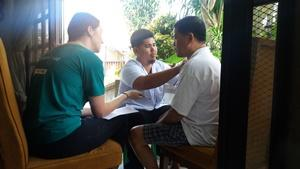 Voluntaria adolescente de fisioterapia ayudando en tratamiento de paciente