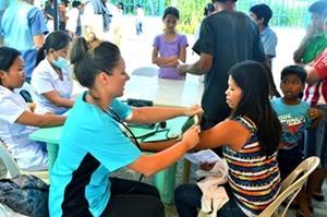Voluntaria tomando presión arterial en Filipinas