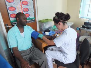 Voluntaria trabaja en un programa de intervención comunitaria