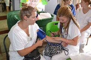 Voluntaria de Projects Abroad en Jamaica tomando la presión arterial en el programa Especiales a Corto Plazo