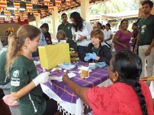 Una voluntaria de Projects Abroad participando del Especial a Corto Plazo de Medicina en Sri Lanka