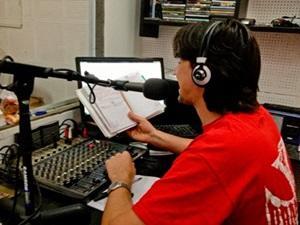 Voluntario durante programa en estación de radio en Argentina