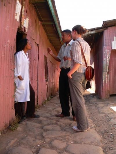 Interno de periodismo en Etiopía realizando entrevista a locales