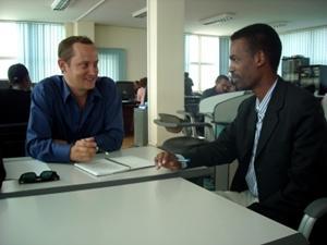 Interno de periodismo en oficina de periódico en Etiopía