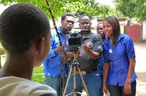 Estudiantes de producción cinematográfica durante grabación