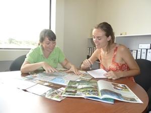 Interna de periodismo en Costa Rica trabajando en reportaje