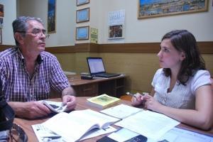 Interna de periodismo trabajando con personal local en Rumanía