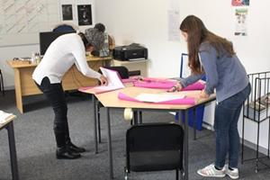 Voluntarias del proyecto de Periodismo de Projects Abroad se preparan para un taller en Ciudad del Cabo en Sudáfrica.