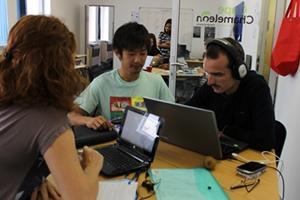 Voluntarios del proyecto de Periodismo en Ciudad del Cabo realizan investigación para un artículo de la revista