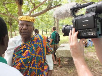 Internos de periodismo entrevistando a hombre togolese