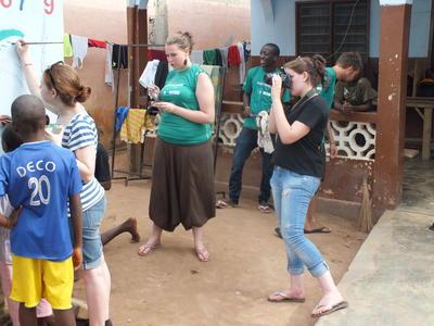 Internos de periodismo realizando grabación en Togo