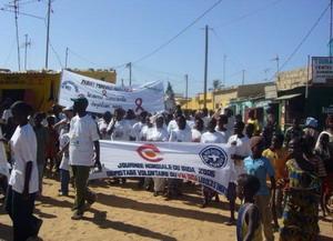 Internos de derechos humanos durante marcha por derechos de enfermos de VIH/SIDA en Senegal