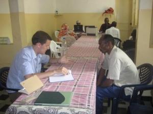 Interno de derechos humanos explicando sus derechos a un local