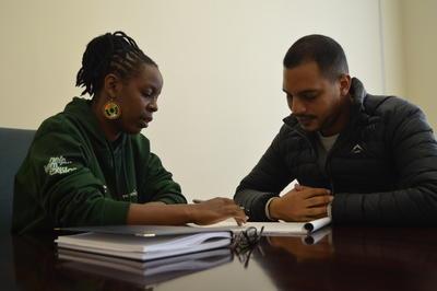 Equipo local de Derechos Humanos en Sudáfrica preparándose para reunión con voluntarios