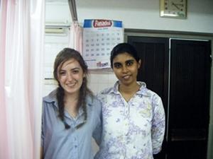 Interna de odontología en Sri Lanka junto a personal local