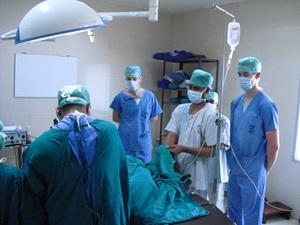 Un grupo de voluntarios de Medicina observan una operación en Bangladés