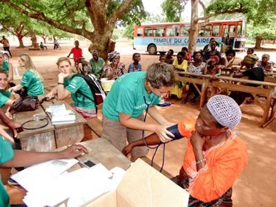 Una voluntaria de Projects Abroad toma la presión sanguínea de una mujer local en un programa de intervención comunitaria en Jamaica