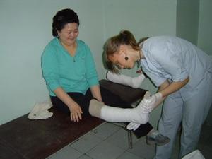 Una voluntaria de Projects Abroad junto a una paciente en el Proyecto de Medicina en Mongolia