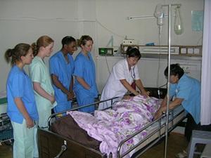 Una grupo de voluntarios de Projects Abroad observando a las enfermeras locales en el Proyecto de Enfermería en Mongolia