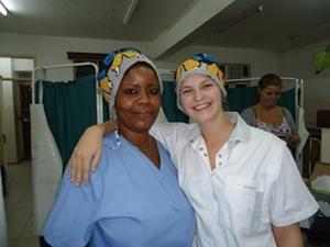 Voluntaria de Enfermería junto a un miembro del personal local en un hospital en Tanzania