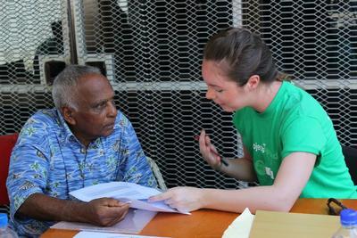 Interna explicando resultados de prueba médica a hombre local en Ghana