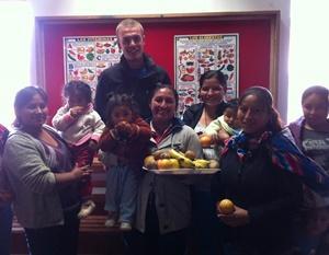 Un grupo de madres locales posan felices luego de terminar un taller acerca de comida saludable en Urubamba, Perú