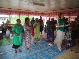Mujeres locales participan en una clase de ejercicios en el proyecto de Nutrición en Samoa