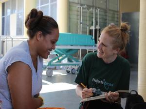 Voluntaria de Projects Abroad lleva a cabo una encuesta a una mujer local como parte del programa de nutrición en Samoa