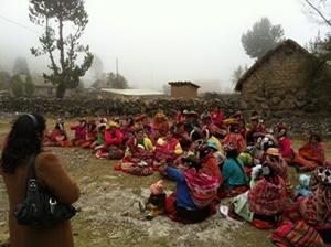 Voluntarios en el proyecto de Nutrición con Projects Abroad realizando trabajo de alcance comunitario en una comunidad rural