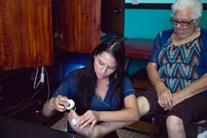 Una voluntaria trabajando en el centro de día para mayores en nuestro proyecto de Costa Rica