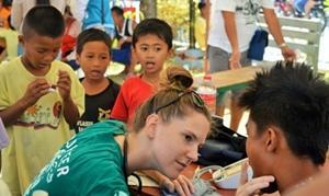 Voluntaria realizando pruebas a niños en el proyecto de Salud Pública en Filipinas