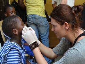 Una voluntaria de Projects Abroad realiza evaluaciones a niños en Ghana