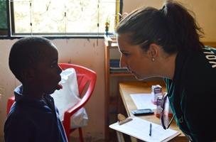 Una voluntaria californiana de Projects Abroad realiza un chequeo médico a un niño en un centro de cuidados cerca de Dar es-Salam, Tanzania