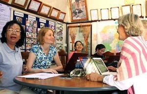 Voluntarios del Microfinanzas junto a participantes del proyecto en Camboya, Sudeste de Asia