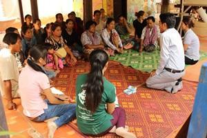 Voluntarios de Projects Abroad en el proyecto de Microfinanzas realizando una sesión de entrenamiento para participantes en Nom Pen, Camboya
