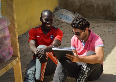 Interno de microfinanzas en Senegal asesorando a emprendedor
