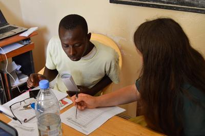 Talibé recibe asesoría de interna de microfinanzas en Senegal