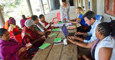 Interno de microfinanzas en Tanzania trabajando con empresarias locales