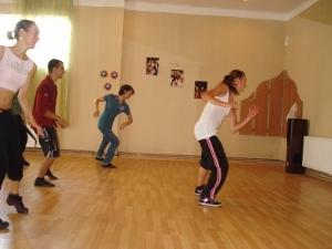 Voluntaria enseña estilos de baile a estudiantes en Rumanía