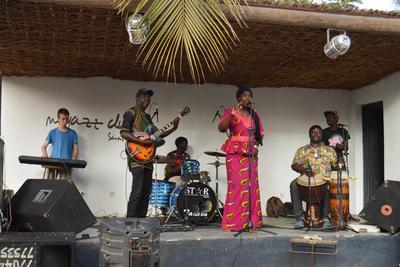 Voluntario toca el teclado en presentación junto a una banda musical local en San Luis