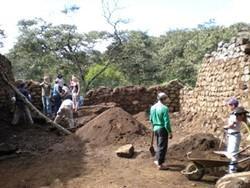 Voluntarios en el proyecto arqueológico en Perú excavando para extraer objetos incas.