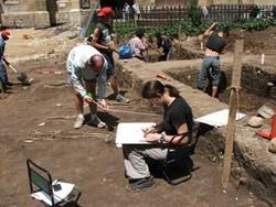 Arqueólogos profesionales voluntarios catalogando hallazgos en un yacimiento en Rumanía.