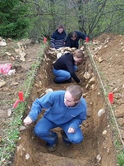 Voluntarios profesionales estudiando el suelo en uno de nuestros proyectos de arqueología