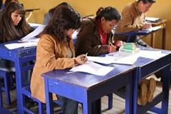 Voluntario revisando material con maestros en formación en Perú